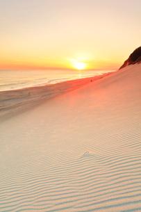 砂の丘より浜辺に夕日の写真素材 [FYI03224944]