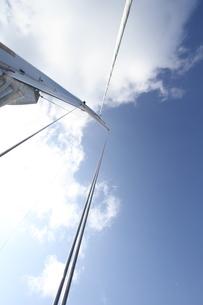 見上げたヨットと空の写真素材 [FYI03224950]