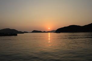 座間味島の夕陽の写真素材 [FYI03224952]