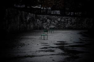 雨上がりの公園に1つだけ残された緑色のイスの写真素材 [FYI03224983]