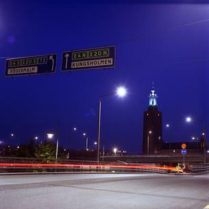 白夜の道路の写真素材 [FYI03225285]