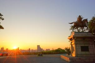 伊達政宗像と仙台市街と朝日の写真素材 [FYI03225337]