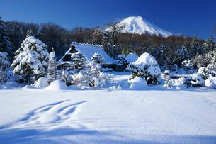 雪景色の忍野と富士山の写真素材 [FYI03225369]