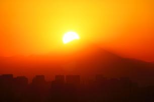 ダイヤモンド富士と東京都心ビルの写真素材 [FYI03225383]