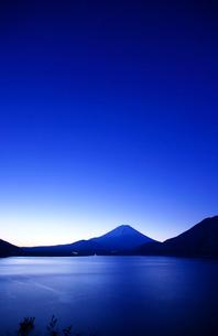 富士山と夜明けの空の写真素材 [FYI03225384]