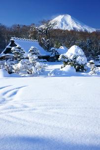 雪景色の忍野と富士山の写真素材 [FYI03225387]