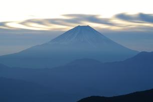 富士山と夜明けの流雲の写真素材 [FYI03225390]