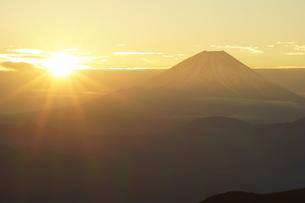 富士山と日の出の写真素材 [FYI03225392]