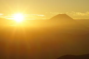 富士山と日の出の写真素材 [FYI03225393]