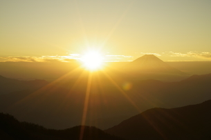 富士山と日の出の写真素材 [FYI03225394]