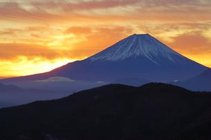 富士山と朝焼け雲の写真素材 [FYI03225395]