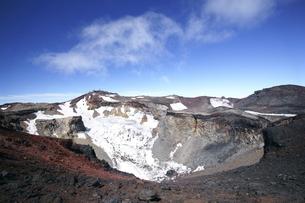 富士山頂の火口の写真素材 [FYI03225426]