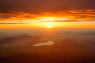 富士山頂からのご来光の写真素材 [FYI03225431]