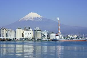田子の浦港より富士山と工場の写真素材 [FYI03225453]