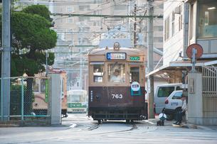 出庫する路面電車(広島電鉄)2の写真素材 [FYI03225477]