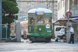 出庫する路面電車(広島電鉄)1の写真素材 [FYI03225478]