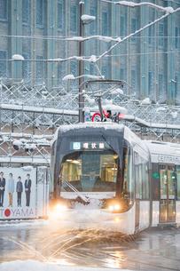 雪の中を走る路面電車(富山地方鉄道)3の写真素材 [FYI03225492]