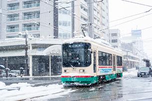 雪の中を走る路面電車(富山地方鉄道)1の写真素材 [FYI03225495]