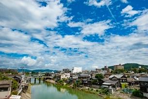 旭川を渡る路面電車(岡山電気軌道)1の写真素材 [FYI03225498]