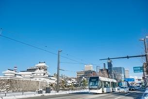 富山城と路面電車(富山地方鉄道)の写真素材 [FYI03225500]