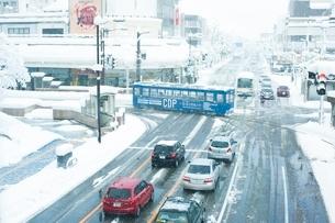 雪の日の高岡駅前と万葉線1の写真素材 [FYI03225503]