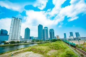 高層ビル群の中を走る貨物列車(高島線)の写真素材 [FYI03225506]