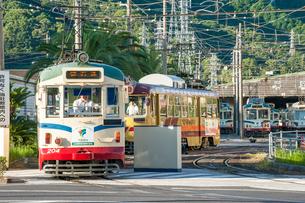 桟橋車庫を出発する路面電車(とさでん交通)の写真素材 [FYI03225513]