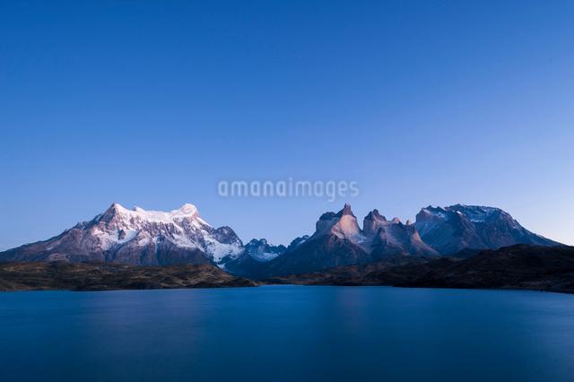 パイネ国立公園のペオエ湖畔で望む、パタゴニアのパイネ山群の写真素材 [FYI03225526]