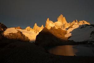 パタゴニアのチャルテン近郊トレス湖で望むフィッツロイ峰の写真素材 [FYI03225527]