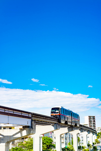 那覇市内を走るゆいレール1の写真素材 [FYI03225530]