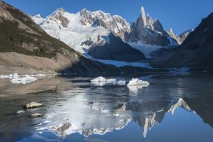 チャルテン付近のトーレ湖に鏡面反射する、パタゴニアのセロトーレ峰と氷河の氷塊の写真素材 [FYI03225544]