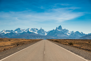 チャルテン付近の大草原から望む、パタゴニアのフィッツロイ山群全景の写真素材 [FYI03225545]