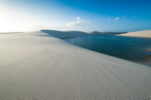 レンソイスの白砂の砂漠の砂丘と湖の写真素材 [FYI03225579]