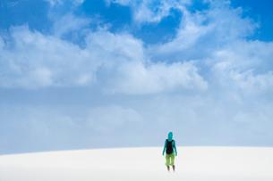 レンソイスの白砂の砂漠に佇む人と入道雲の写真素材 [FYI03225582]