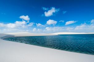 レンソイスの白砂の砂漠と湖の写真素材 [FYI03225585]