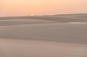 レンソイスの白砂の砂漠で迎える日没の写真素材 [FYI03225589]