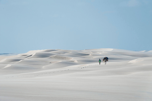 レンソイスの白砂の砂漠を歩く人とロバの写真素材 [FYI03225592]