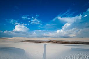 レンソイスの白砂の砂漠に浮かぶ風紋と人影の写真素材 [FYI03225599]
