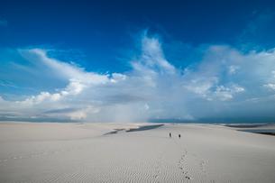 レンソイスの白砂の砂漠に浮かぶ風紋と入道雲の写真素材 [FYI03225602]