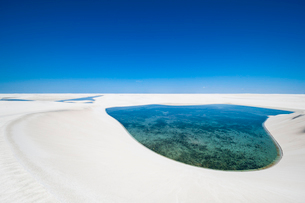 レンソイスの白砂の砂漠の砂丘と湖の写真素材 [FYI03225606]