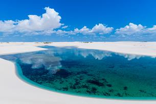 レンソイスの白砂の砂漠の湖と入道雲の写真素材 [FYI03225607]