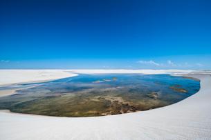 レンソイスの白砂の砂漠と湖の写真素材 [FYI03225608]