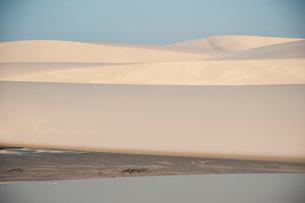 レンソイスの砂漠の砂丘に照る夕日の写真素材 [FYI03225612]