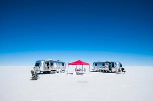 ウユニ塩湖のキャンプ設備の写真素材 [FYI03225616]