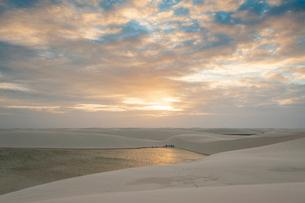 レンソイスの白砂の砂漠のキャンプ地の夕日の写真素材 [FYI03225619]