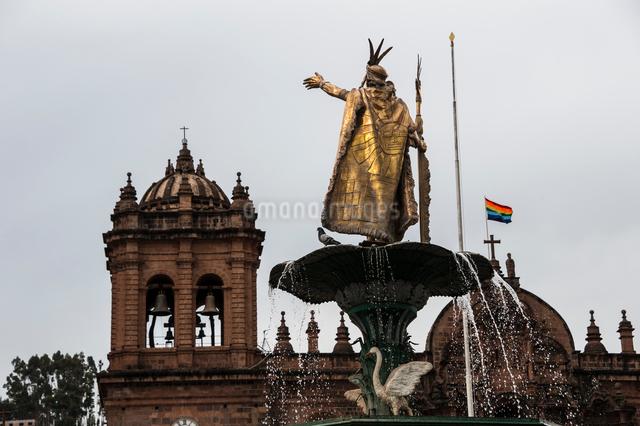 太陽の祭を祝うペルー・クスコのアルマス広場の大聖堂とインカ皇帝の像の写真素材 [FYI03225621]