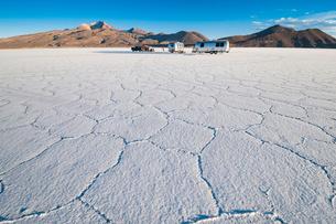 ウユニ塩湖のキャンプで迎える朝の写真素材 [FYI03225624]