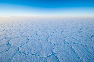 ウユニ塩湖で迎える日の出と亀甲模様の写真素材 [FYI03225629]