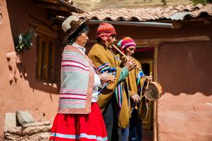 ペルー・ウルバンバの先住民ケチュア族が民族音楽を奏でるの写真素材 [FYI03225631]