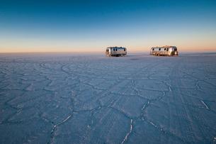 ウユニ塩湖のキャンプで迎える夜明けの写真素材 [FYI03225633]